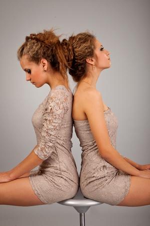 lesbians: Sttudio disparo retrato en fondo blanco de dos hermanas gemelas amigas