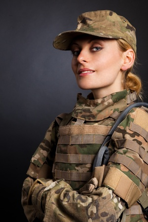 mujer soldado: Hermosa chica ej�rcito aislado en un blanco