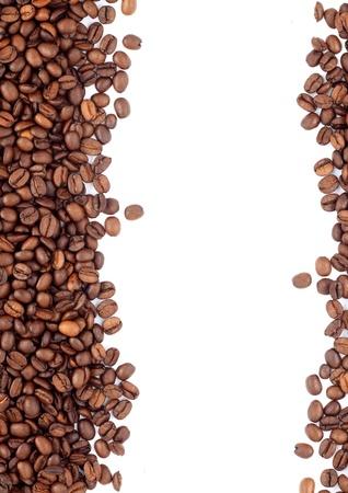 alubias: Brown granos de café tostado aislados en fondo blanco Foto de archivo