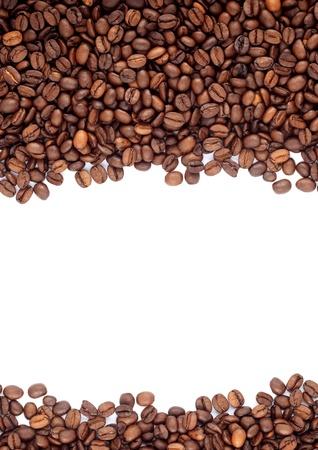 grano de cafe: Brown granos de caf� tostado aislados en fondo blanco Foto de archivo