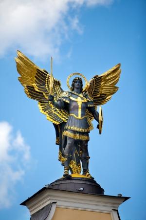 angel de la independencia: Monumento del Ángel en Kiev, la Plaza Independencia. El centro de una capital
