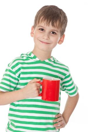 personas tomando cafe: Muchacho sosteniendo un vaso rojo aislado en blanco Foto de archivo
