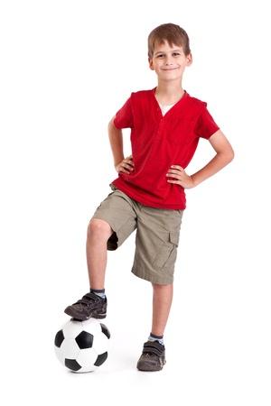 Roztomilý chlapec drží fotbalový míč z pravé kůže izolovaných na bílém pozadí. Fotbalový míč