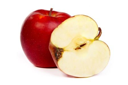 pips: Dwarsdoorsnede van rode appel, met pitten, en de kern. Geïsoleerd op wit,