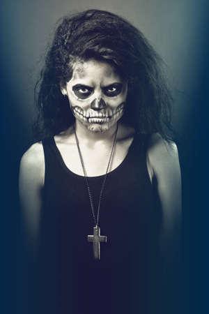 Mladá žena v den mrtvých maska lebka tvář umění. Halloween tvář umění s mlhou na černém pozadí Reklamní fotografie