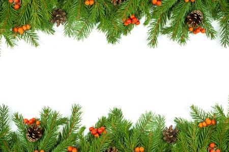 Vánoční zelený rámec s kužely a holly berry na bílém pozadí