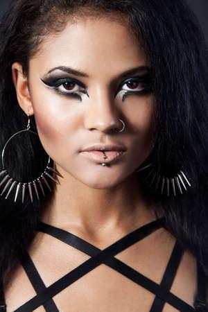 durchbohrt: Sch�ne Frau. Fashion Portr�t. Close-up Gesicht Make-up. Schwarze Haare junge Frau Portr�t, Studio shot
