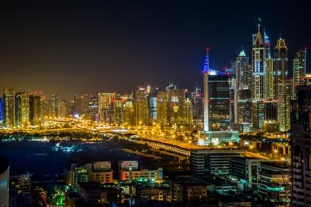 Verenigde Arabische Emiraten: Dubai Downtown nachtscène met stadslichten, luxe nieuwe high-tech stad in Midden-Oosten, Verenigde Arabische Emiraten architectuur Stockfoto