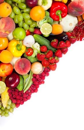 Obrovská skupina čerstvé zeleniny a ovoce na bílém pozadí. Zastřelil ve studiu