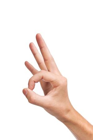 Main est montrant signe OK isolé sur un fond blanc