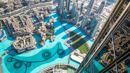 DUBAI, Spojené arabské emiráty - LISTOPAD 14: Dubaj v centru den scéna s městskými světly, luxusní nový high-tech město ve středním východě, Spojené arabské emiráty architektura Reklamní fotografie