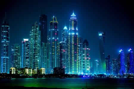 jachthaven: DUBAI, Verenigde Arabische Emiraten - NOVEMBER 13: Dubai Downtown nachtscène met stadslichten, luxe nieuwe high-tech stad in Midden-Oosten, Verenigde Arabische Emiraten architectuur. Dubai Marina cityscape, UAE