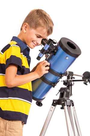Enfant regardant dans Étoile Télescope regardant Little Boy isolé sur un fond blanc