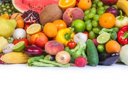 Grand groupe de fruits et légumes frais isolé sur un fond blanc. Tourné dans un studio