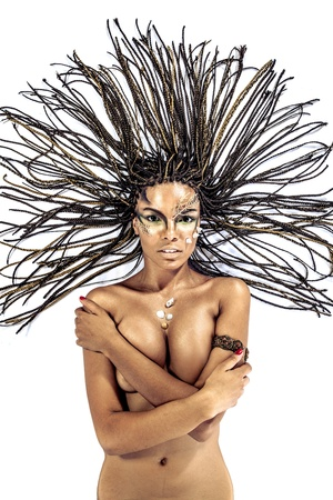 mujer desnuda: Retrato de una hermosa joven desnuda mujer afroamericana con rastas pelo que cae sobre un fondo blanco