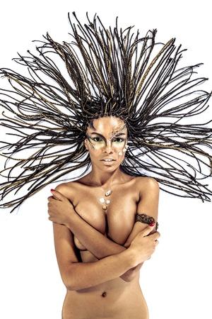 donna nudo: Ritratto di una donna nuda giovane donna afro-americana con i capelli rasta sdraiato su uno sfondo bianco