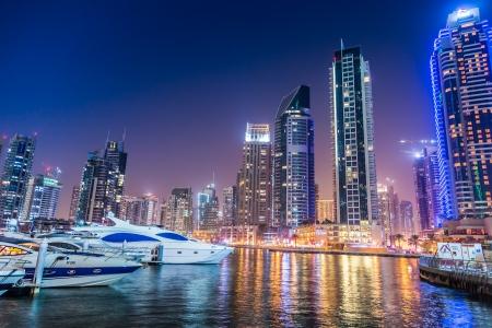 DUBAI, Verenigde Arabische Emiraten - NOVEMBER 13: Dubai Downtown nachtscène met stadslichten, luxe nieuwe high-tech stad in Midden-Oosten, Verenigde Arabische Emiraten architectuur. Dubai Marina cityscape, UAE