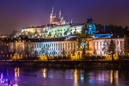 praga: The View on Prague gothic Castle with Charles Bridge in the Night, Czech Republic