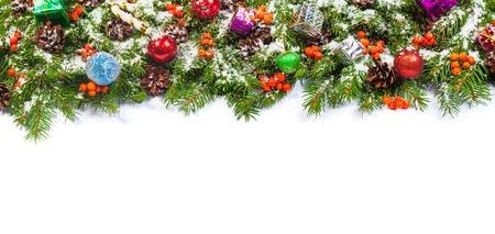 ramal: Fondo de Navidad con bolas y adornos y nieve, acebo baya, conos aislados en blanco