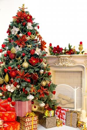 camino natale: Albero di Natale decorato e scatole regalo in salotto