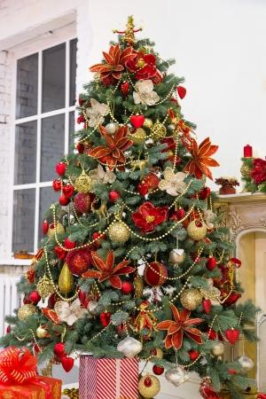 Zdobené vánoční strom a dárkové krabice v obývacím pokoji