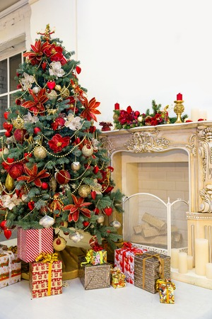 Vyzdobený vánoční strom a dárkové krabičky v obývacím pokoji