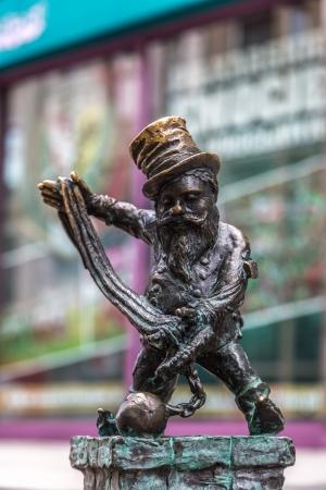 gnomos: WROCLAW, Polonia - 22 de diciembre: Escultura del gnomo de cuento de hadas hecho por Tomasz Moczek en la calle el 22 de diciembre de 2013, de Wroclaw, Polonia. Los m�s de 250 gnomos son s�mbolo tur�stico de la ciudad. Editorial
