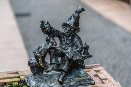 gnomi: WROCLAW, Polonia - 22 dicembre: Scultura di gnome da fiaba fatta da Tomasz Moczek per strada il 22 dic 2013 a Wroclaw, in Polonia. Gli oltre 250 gnomi sono il simbolo turistico della citt�. Editoriali