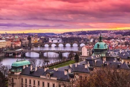 Bekijk op de Karelsbrug en de rivier de Moldau in Praag in de schemering bij zonsondergang Stockfoto - 25149727