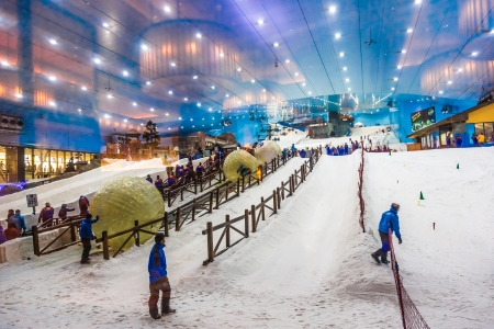 DUBAI, UAE - APRIL 6: Ski on April 6, 2013 in Dubai. Ski Dubai--is an indoor ski resort with 22,500 square meters of indoor ski area. It is a part of the Mall of the Emirates Redakční