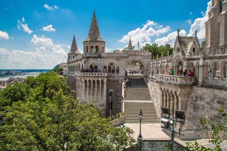halaszbastya: BUDAPEST, Ungheria - 24 luglio: Immagine con Bastione dei Pescatori assunto il 24 luglio 2013, a Budapest, Ungheria. Torri coniche di Castle Hill, sono un'allusione alle tende tribali dei primi magiari.