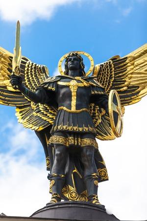 angel de la independencia: Monumento del �ngel en Kiev, la Plaza Independencia. El centro de una capital