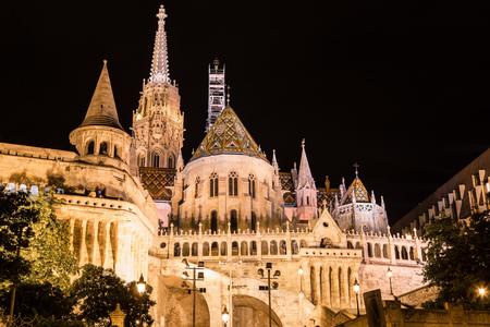 halaszbastya: Bastione dei Pescatori di notte a Budapest in Ungheria Editoriali