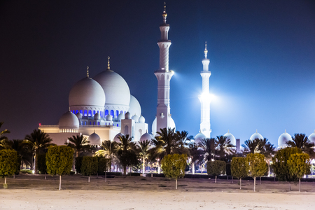 abudhabi: Sheikh Zayed Mosque illuminated at night. Abu Dhabi, United Arab Emirates