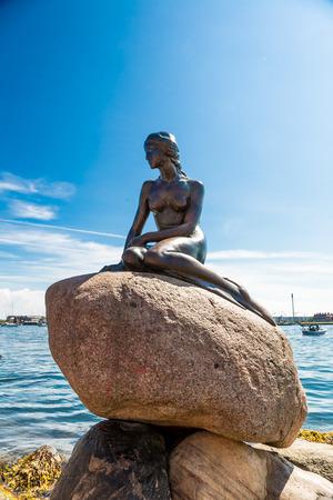 Monument van de Kleine Zeemeermin in Kopenhagen, Denemarken Redactioneel