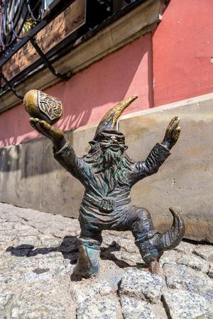 gnomi: WROCLAW, POLONIA - 29 luglio: Scultura di gnome da fiaba fatta da Tomasz Moczek il 29 luglio 2014 a Wroclaw, in Polonia. Gli oltre 250 gnomi sono simbolo turistico di Wroclaw