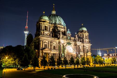 dom: Berliner Dom � Berlin au nigth d'�t� Banque d'images