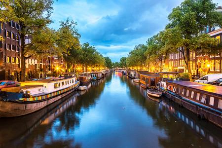 Canales de Amsterdam en la noche. Amsterdam es la capital y ciudad más poblada de los Países Bajos Editorial