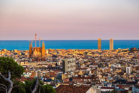 Vista panoramica di Barcellona dal Parco Guell in un giorno d'estate in Spagna Archivio Fotografico - 38063568