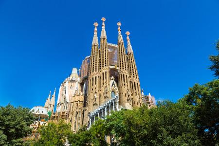 Sagrada Familia v Barceloně ve Španělsku v letní den Reklamní fotografie - 83268379