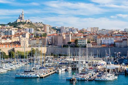 Luchtfoto panoramisch uitzicht op de basiliek van Notre Dame de la Garde en de oude haven in Marseille, Frankrijk