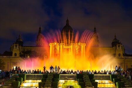 Barcelona: Spectacle de lumière Fontaine Magique la nuit à côté du Musée national à Barcelone, Espagne Éditoriale