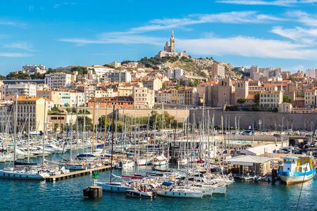 Aerial Panoramablick auf Basilika Notre Dame de la Garde und alten Hafen in Marseille, Frankreich Standard-Bild - 38162310