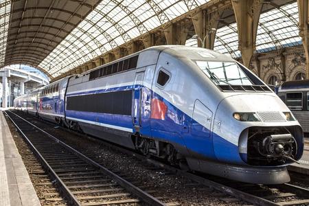 treno espresso: Treno passeggeri si attesta a stazione ferroviaria di Nizza in un giorno d'estate a Nizza, Francia Editoriali
