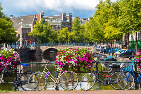 암스테르담의 운하 위에 다리에 자전거. 암스테르담은 네덜란드의 수도이자 가장 인구가 많은 도시입니다 스톡 콘텐츠