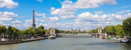 Eiffelova věž a Pont Alexandre III v noci v Paříži, Francie