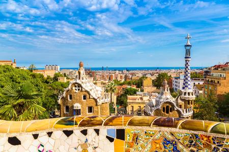Park Guell door architect Gaudi in een zomerse dag in Barcelona, Spanje.