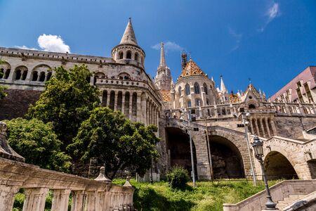 halaszbastya: BUDAPEST, Ungheria - 24 luglio: Immagine con Bastione dei Pescatori prese il 24 luglio 2013, a Budapest, Ungheria. Torri coniche di Castle Hill, sono un'allusione alle tende tribali dei primi magiari.