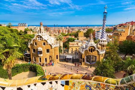 banc de parc: Parc Guell par l'architecte Gaudi dans un jour d'été à Barcelone, Espagne.