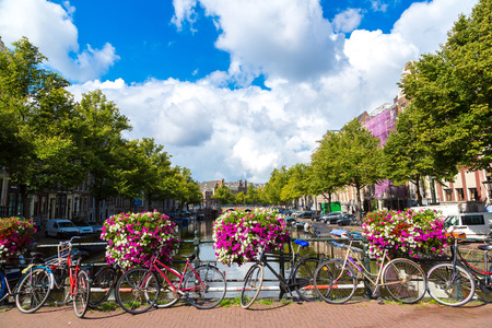 Fietsen op een brug over de grachten van Amsterdam. Amsterdam is de hoofdstad en grootste stad van Nederland